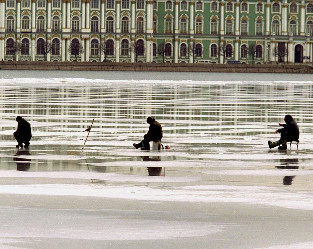 Поклонники зимней рыбалки на реке Неве в весенние дни