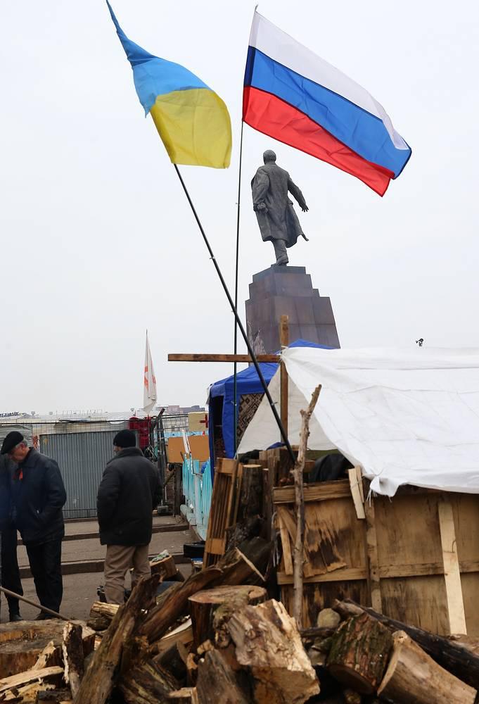Российский и украинский флаги в лагере самообороны на площади Свободы