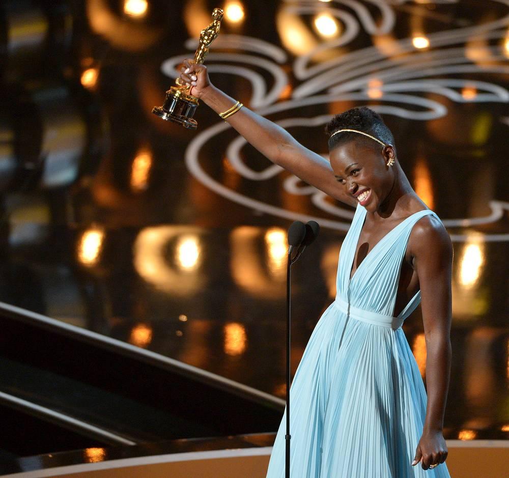 """Лупита Нионго названа лучшей актрисой второго плана за роль в ленте """"12 лет рабства"""". В картине Стива Маккуина Нионго дебютировала как актриса. Ранее она работала помощницей продюсера"""