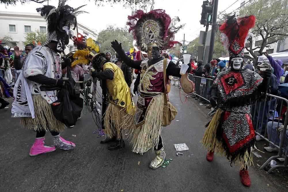 """В грандиозном параде принимали участие различные """"карнавальные команды"""" города"""