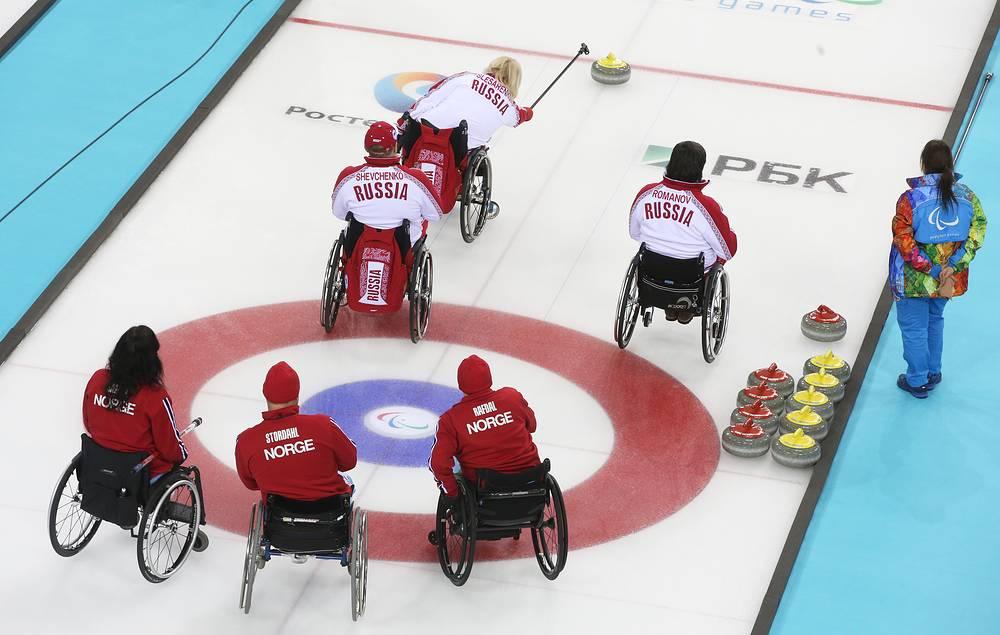 Сборная России по керлингу на колясках победила команду Норвегии. Встреча завершилась со счетом 6:5. Россияне, потерпев поражение только от сборной Канады, пробились в плей-офф