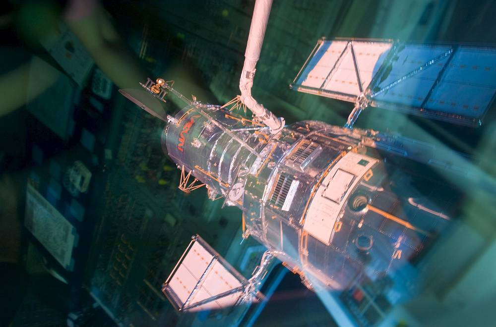 """10. Космический телескоп """"Хаббл"""" (Hubble Space Telescope) - самый известный телескоп в мире. С его помощью был определен возраст Вселенной, были созданы снимки планет за пределами Солнечной системы и определен химический состав их атмосфер"""