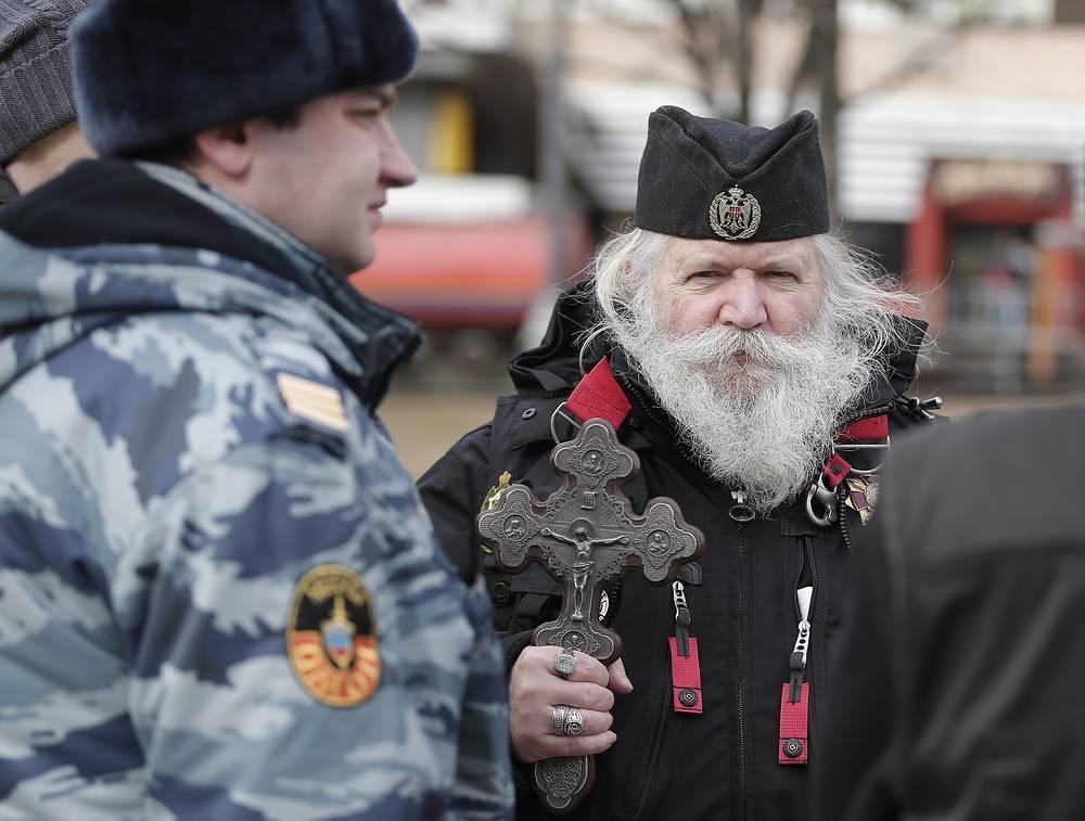 Участник митинга представителей православной общественности в Новопушкинском сквере в поддержку русскоязычного населения Украины