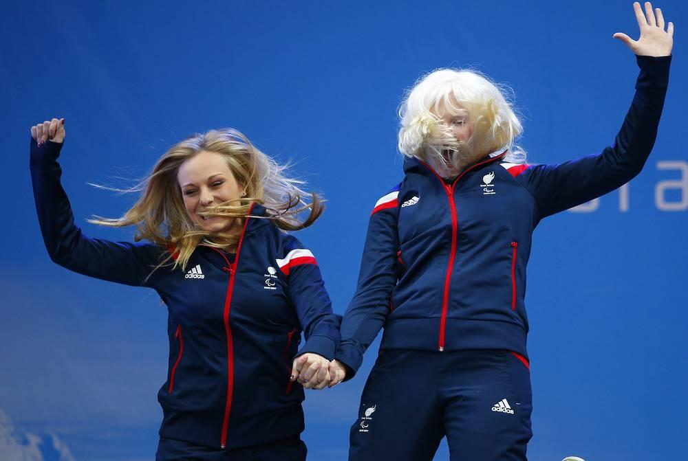 Британская горнолыжница Келли Галлахер (справа) и спортсменка-ведущая Шарлотт Эванс во время церемонии награждения