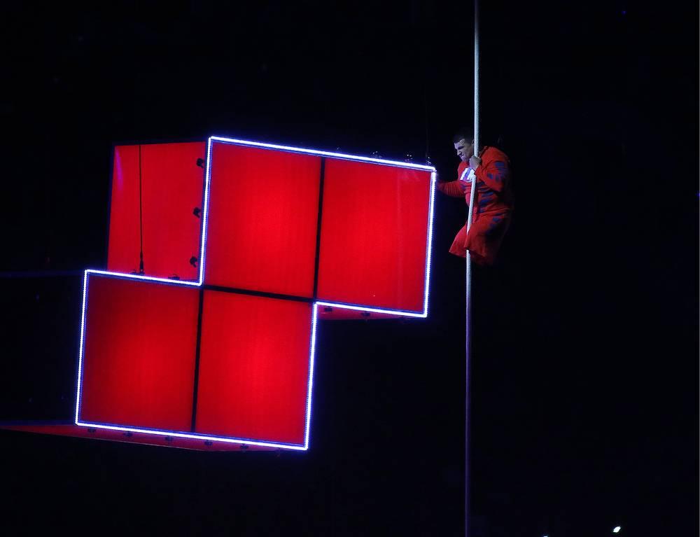 """На стадионе появился паралимпиец Алексей Чувашев. С потолка сцены спустился канат, спортсмен взобрался по нему и, достигнув нужной высоты, поместил апостроф между английскими буквами """"I"""" и """"M"""". Так получилась надпись – I'm possible (""""Я возможен"""").  По замыслу режиссера, зрители должны осознать, что мечты осуществимы, что силой и упорством невозможное может стать возможным"""