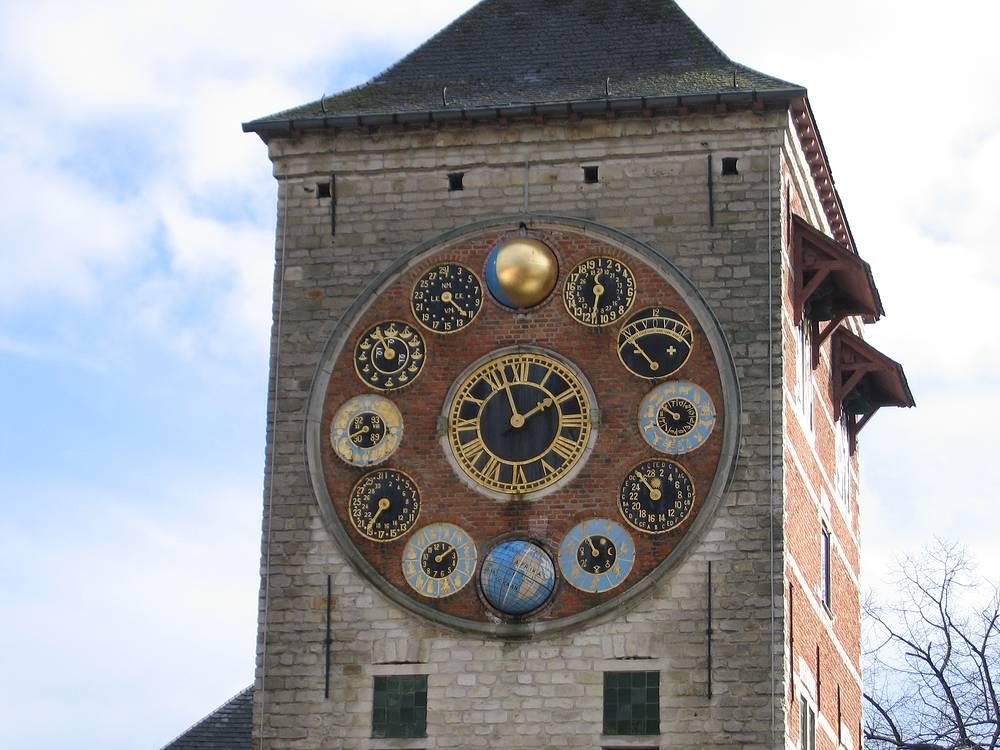 Часы на башне Зиммера в бельгийском городе Лир были созданы в 1928 году. Они показывают не только время и также отображают время приливов и отливов, фазы Луны, солнечные циклы, созвездия Зодиака