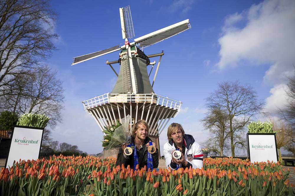Призеры Олимпиады Сочи-2014 братья Мюльдеры в парке цветов у смотровой площадки-мельницы