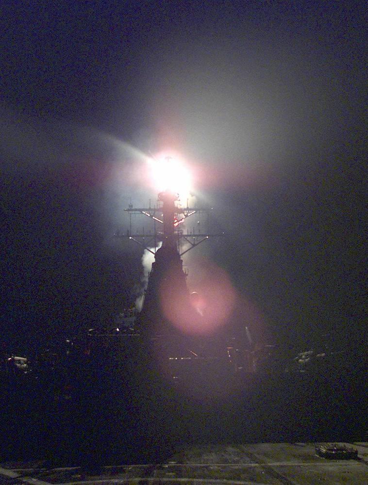 Мишенями натовских бомбардировщиков и крылатых ракет, запущенных с кораблей в Средиземном море, стали объекты, расположенные на всей территории Сербии и Черногории. На фото: корабль ВМС США в Адриатическом море перед военной атакой, 24 марта 1999 г.