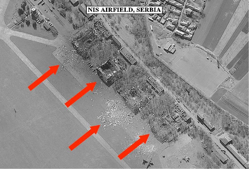 В ходе авианалетов НАТО уничтожались оборонные объекты сербских ВВС, ПВО и военно-промышленные предприятия. На фото: разрушенный силами НАТО аэродром в сербском городе Ниш, 30 марта 1999 г.