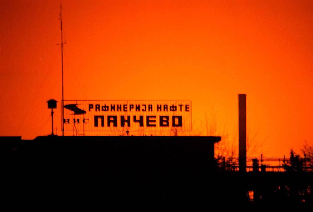 Также авиаудары наносились по объектам гражданской инфраструктуры - мостам, заводам, транспортным узлам, электростанциям и ЛЭП. На фото: авиаудары по НПЗ в сербском городе Панчево, 12 апреля 1999 г.