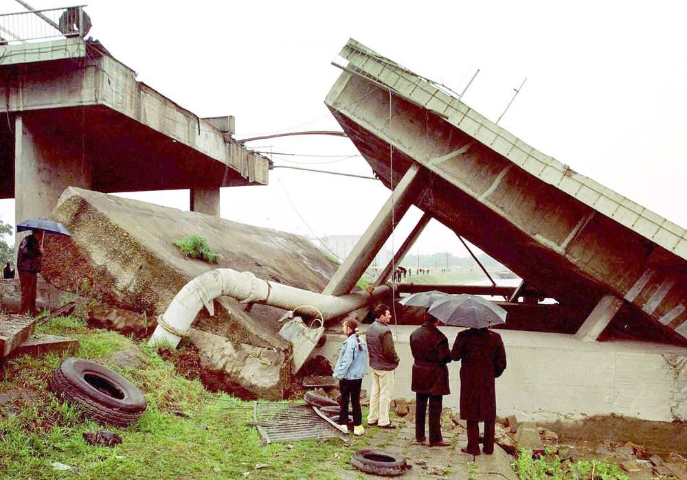 Были разрушены более 1,5 тыс. населенных пунктов, 60 мостов, 30% всех школ, около 100 памятников. На фото: разрушенный мост в городе Нови-Сад, 26 апреля 1999 г.