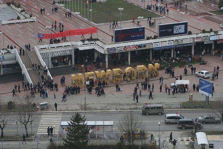 """Отсроченным результатом военной экспансии НАТО против Югославии стал акт о независимости Косово, принятый в Приштине 17 февраля 2008 года. На фото: надпись NEWBORN (""""Новорожденный"""") в Приштине по случаю двухлетия со дня независимости в Косово, 17 февраля 2010 г."""