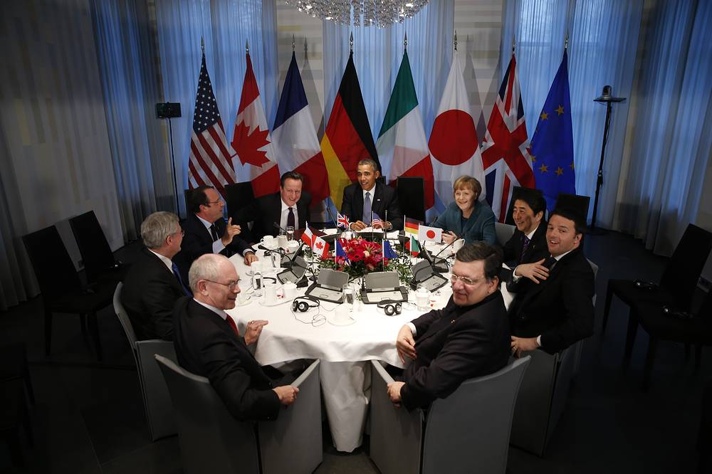 Барак Обама (в центре, далее по часовой стрелке), Ангела Меркель, Синдзо Абэ, Маттео Ренци, Жозе Мануэл Баррозу, Херман ван Ромпей, Стивен Харпер, Франсуа Олланд, Дэвид Кэмерон