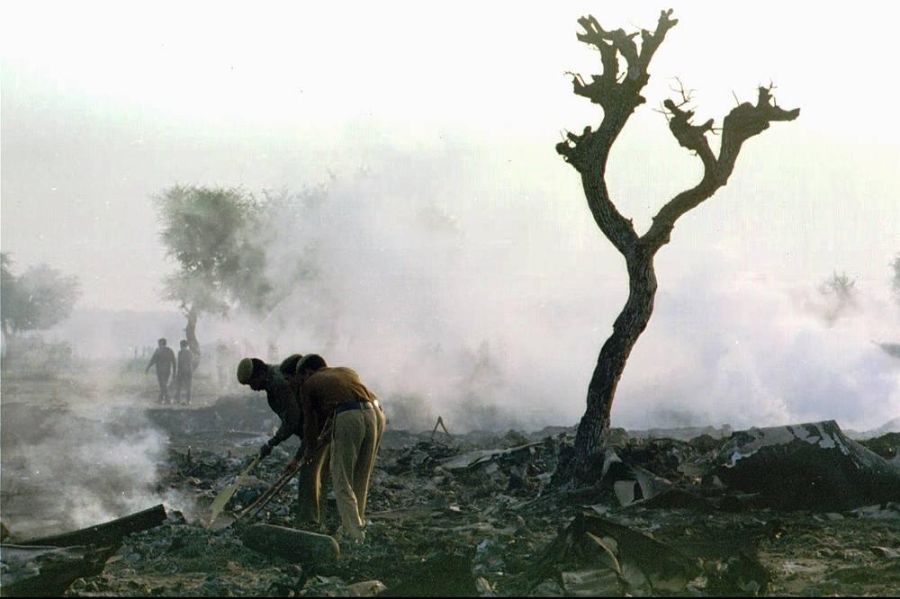 """12 ноября 1996 года в районе г. Чархи Дадри (Индия) Boeing 747 компании Saudi Arabian Airlines столкнулся в воздухе с Ил-76 """"Казахстанских авиалиний"""", заходившим на посадку. Погибли 349 человек. В самолетах не было систем предупреждения столкновений, кроме того, из-за плохого знания английского пилоты неправильно поняли указания диспетчера"""