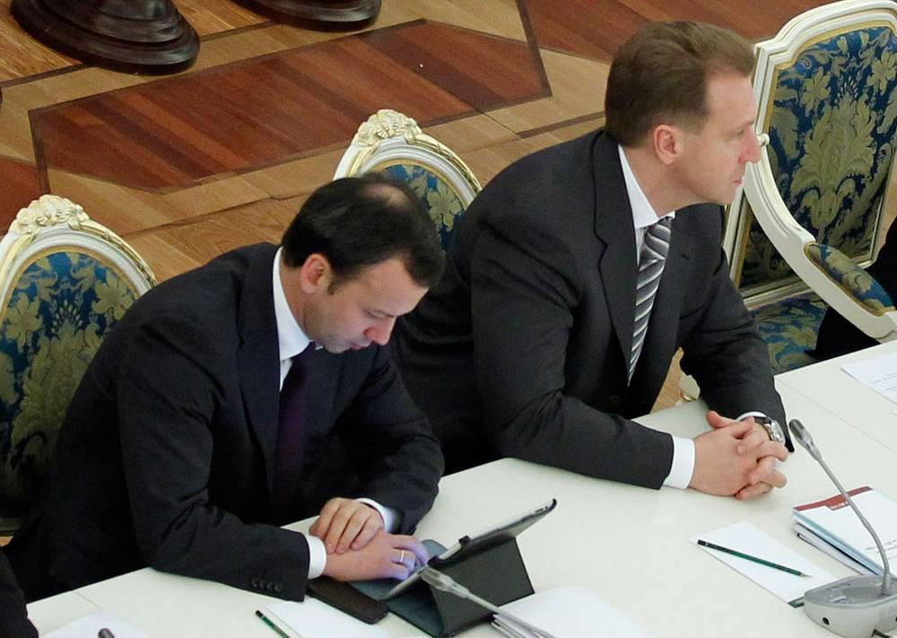 Первый зампред правительства Игорь Шувалов (справа) и вице-премьер Аркадий Дворкович