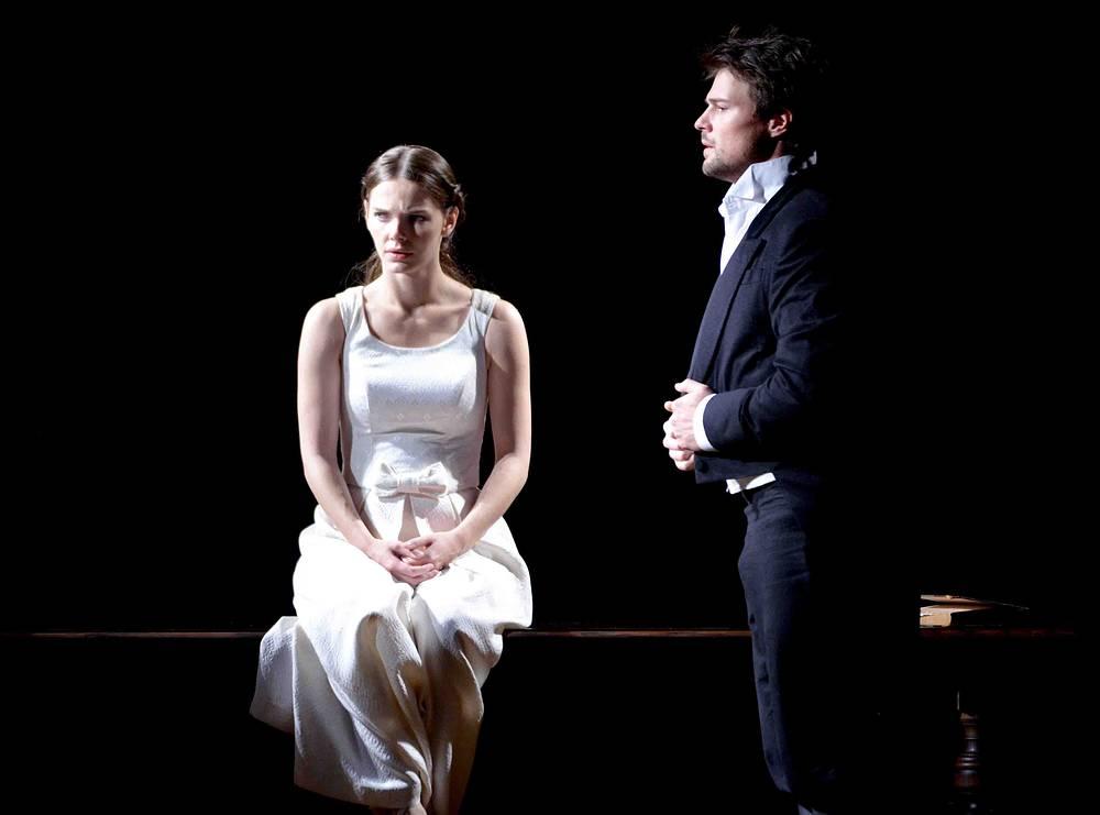 """Елизавета Боярская (Луиза) и Данила Козловский (Фердинанд) в сцене из спектакля """"Коварство и любовь""""."""