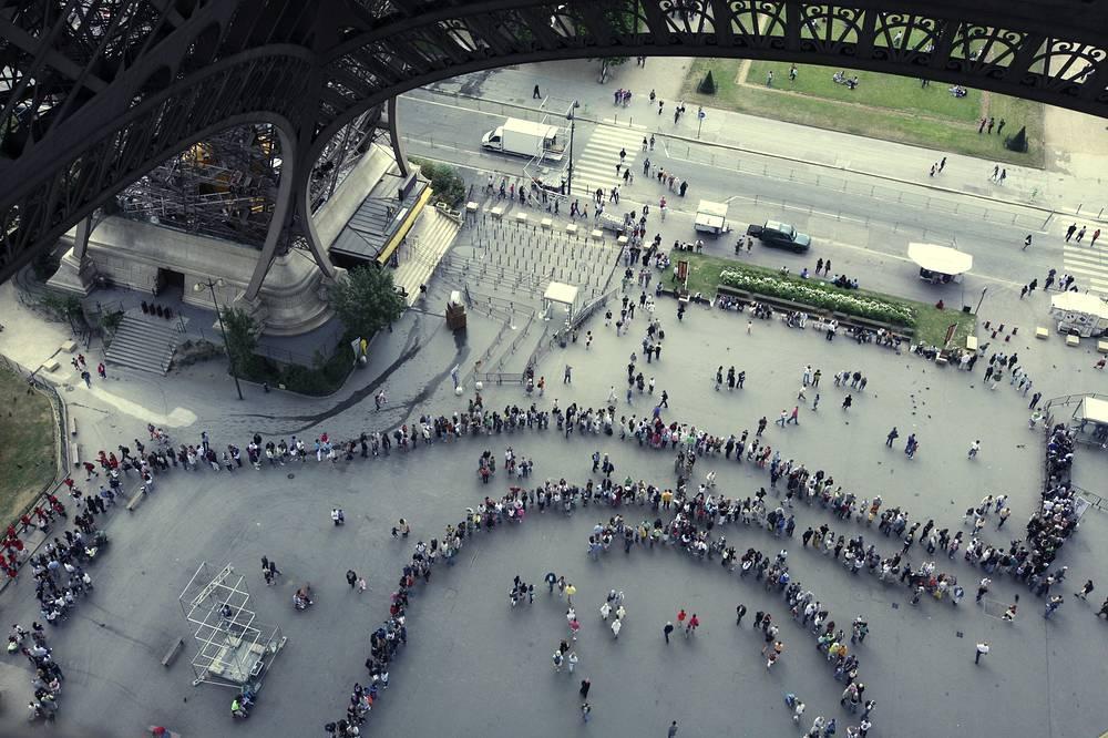 Эйфелева башня - один из самых посещаемых туристических объектов в мире - со времени постройки ее посетили более 250 млн человек. На фото: очередь из желающих посетить Эйфелеву башню, 2008 год