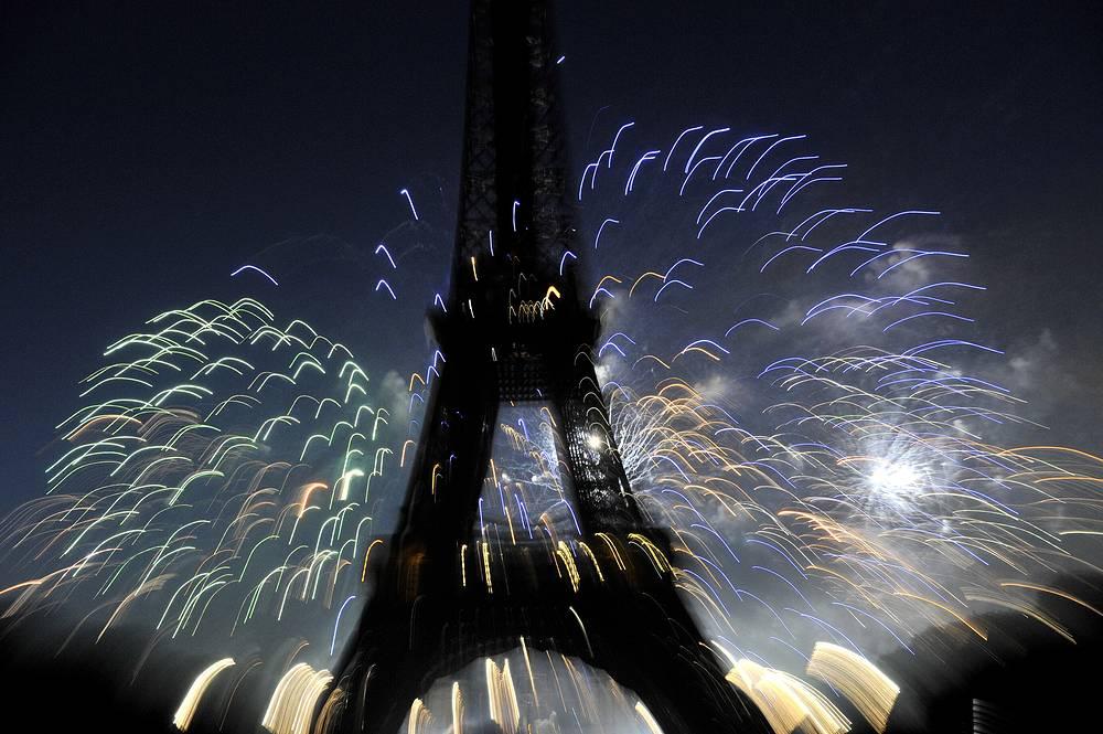 Башня является собственностью Парижа (управление осуществляет Общество по эксплуатации Эйфелевой башни). На фото: праздничный салют в честь Дня взятия Бастилии над Эйфелевой башней, 2010 год