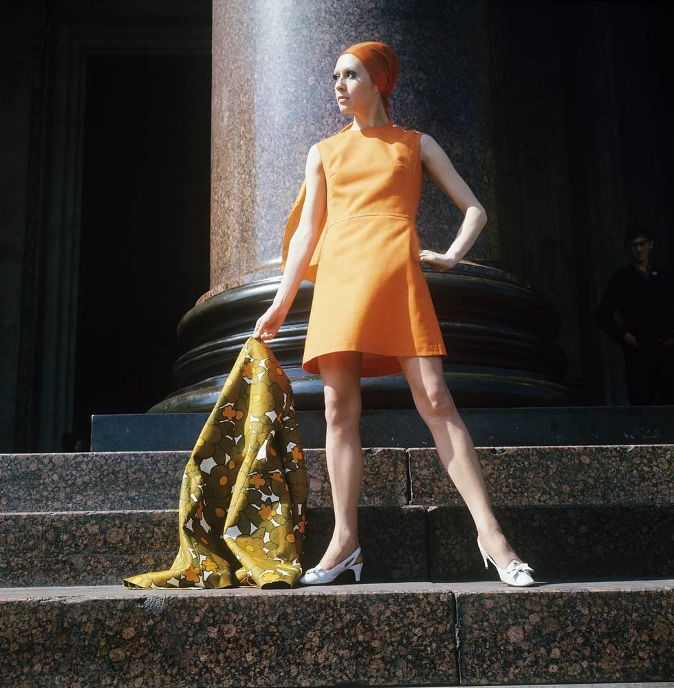 Демонстрация оранжевого платья с льняным шарфом. 1970 г.
