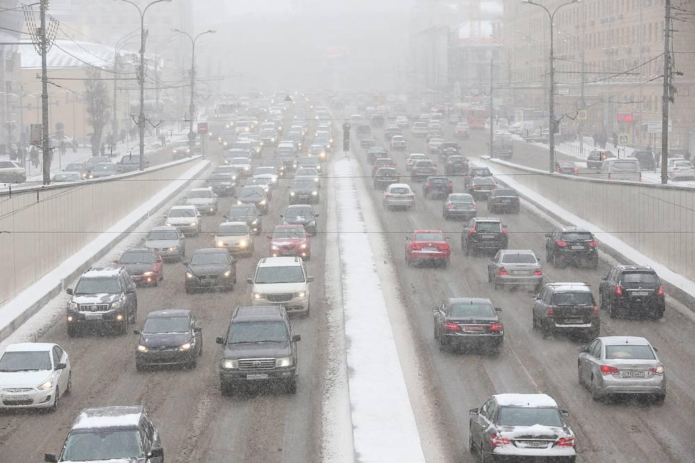 Автомобили на Садовом кольце во время снегопада