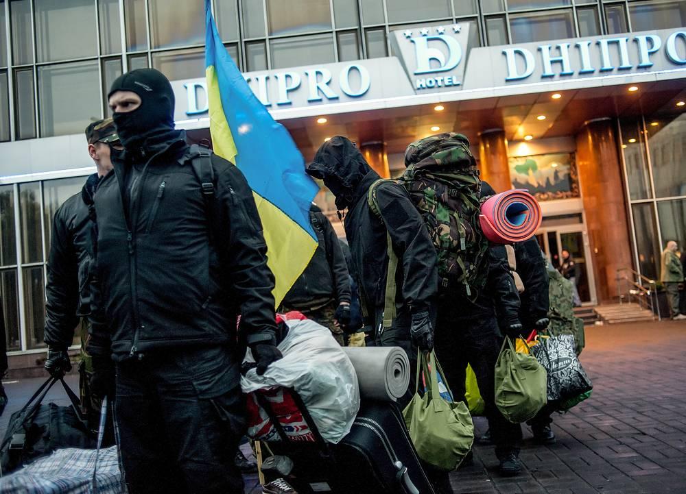 """Члены радикального движения """"Правый сектор"""" 1 апреля покинули гостиницу """"Днепр"""", где расположен неофициальный штаб радикальной организации """"Правый сектор"""""""