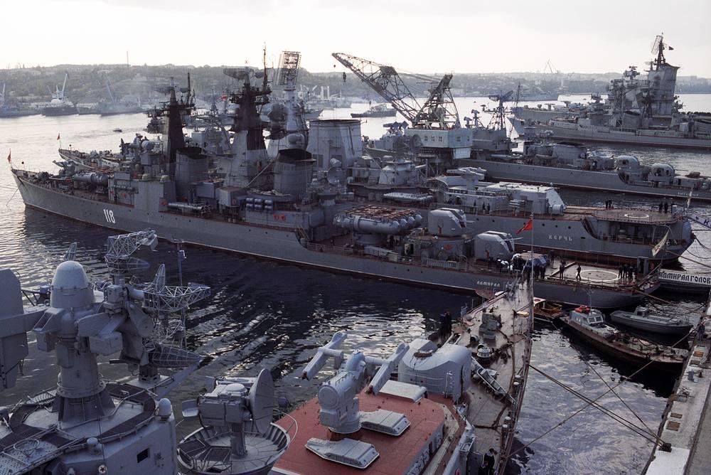 После распада СССР в 1991 году Черноморский флот стал объектом спора между Россией и Украиной. На фото: главная военно-морская база Черноморского флота в Севастополе, 1991 год