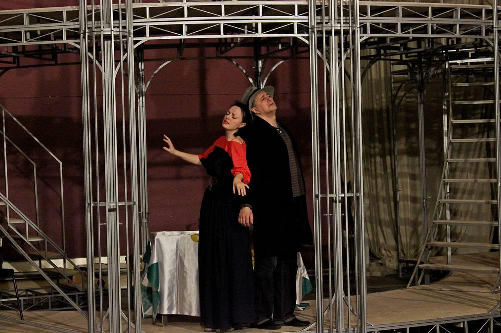 Николай Капленко в роли Габриэля фон Айзенштайна и Ольга Балашова в роли Розалинды фон Айзенштайн