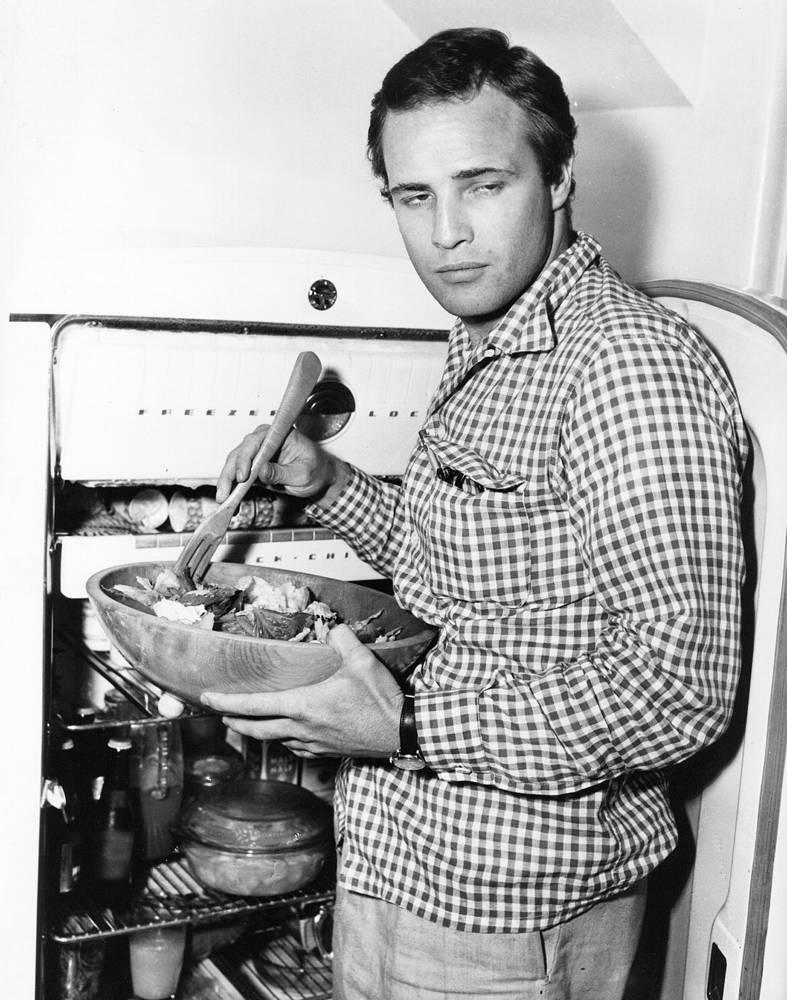 """Марлон Брандо занимает 4-е место в списке """"100 величайших звезд кино за 100 лет"""", составленном Американским институтом киноискусства. На фото: Марлон Брандо у себя дома в Голливуде, 1954 г."""