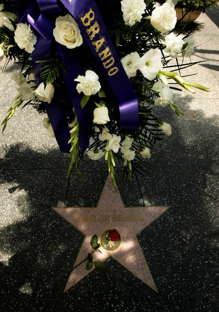 Марлон Брандо скончался 1 июля 2004 года от дыхательной недостаточности. Его вклад в кинематограф отмечен звездой на аллее Славы в Голливуде. На фото: звезда Марлона Брандо на аллее Славы в Голливуде, 2004 г.