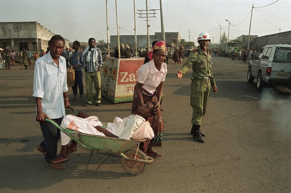 По ряду оценок, число погибших превышает 1 млн. На фото: беженцы в  конголезском городе Гома на границе с Руандой, июль 1996 года