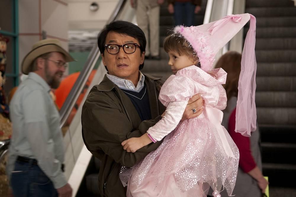 """Отрицательные роли Джеки часто предлагали в Голливуде, но он всегда давал отказ, поскольку опасался испортить имидж и попасть в список стереотипных кинозлодеев. На фото: кадр из фильма """"Шпион по соседству"""" (The Spy Next Door, 2010)"""