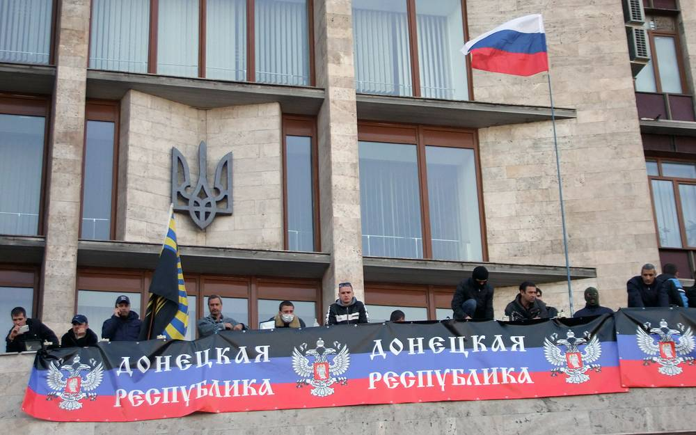 7 апреля. Участники пророссийского митинга размахивают флагами с балкона областного здания администрации