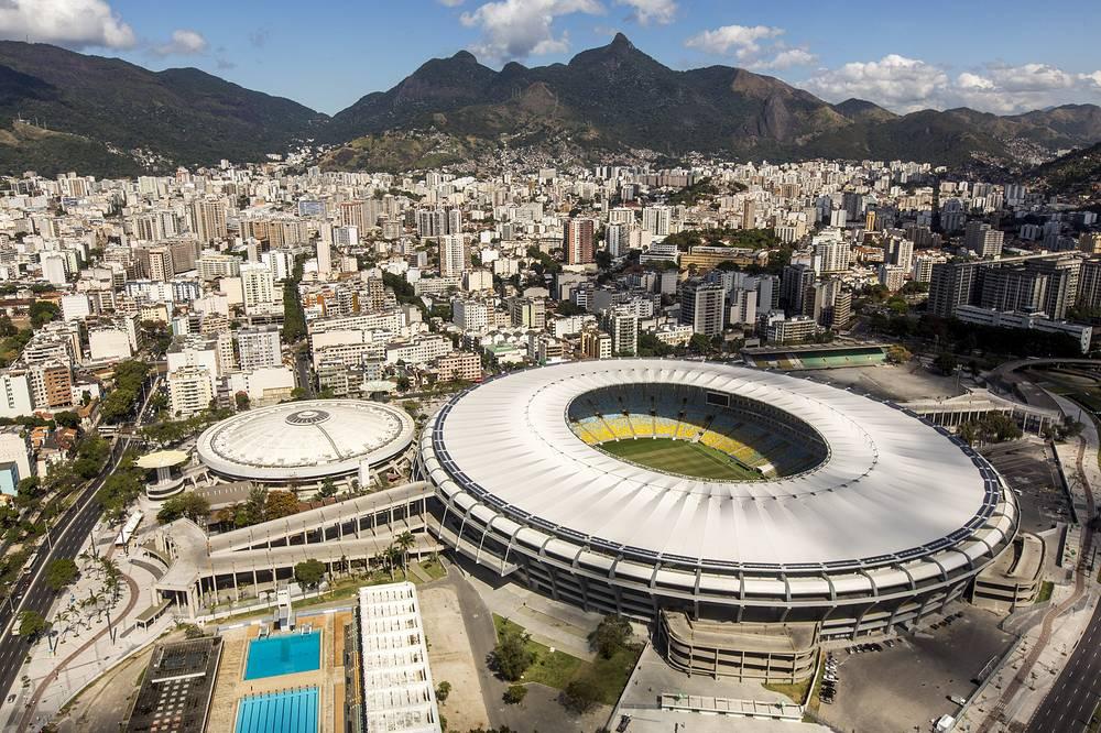 """Легендарный стадион """"Маракана"""" в Рио-де-Жанейро - самый большой в Южной Америке по вместимости - 78 тыс. зрителей на момент реконструкции, ранее являлся самым большим в мире - до 200 тыс. зрителей. Стадион построен в 1950 году и несколько раз реконструировался. Во время чемпионата мира примет четыре групповых матча, 1/8 финала, четвертьфинал и финал"""