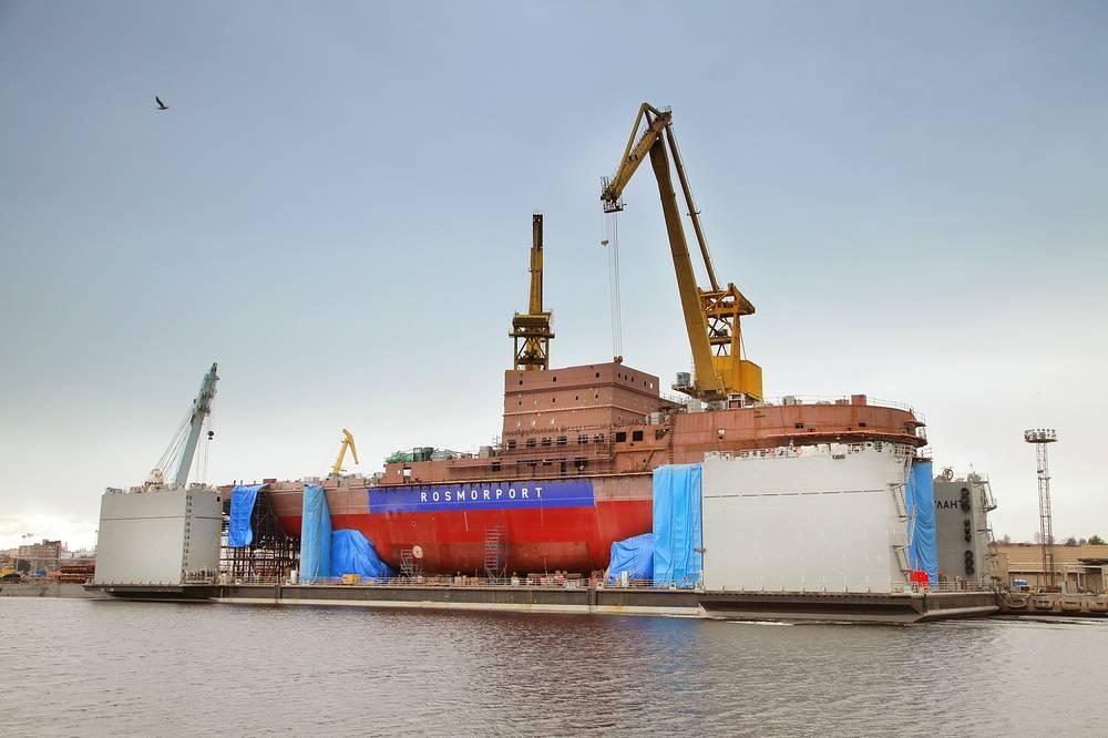 """Ледокол """"Владивосток""""на барже"""