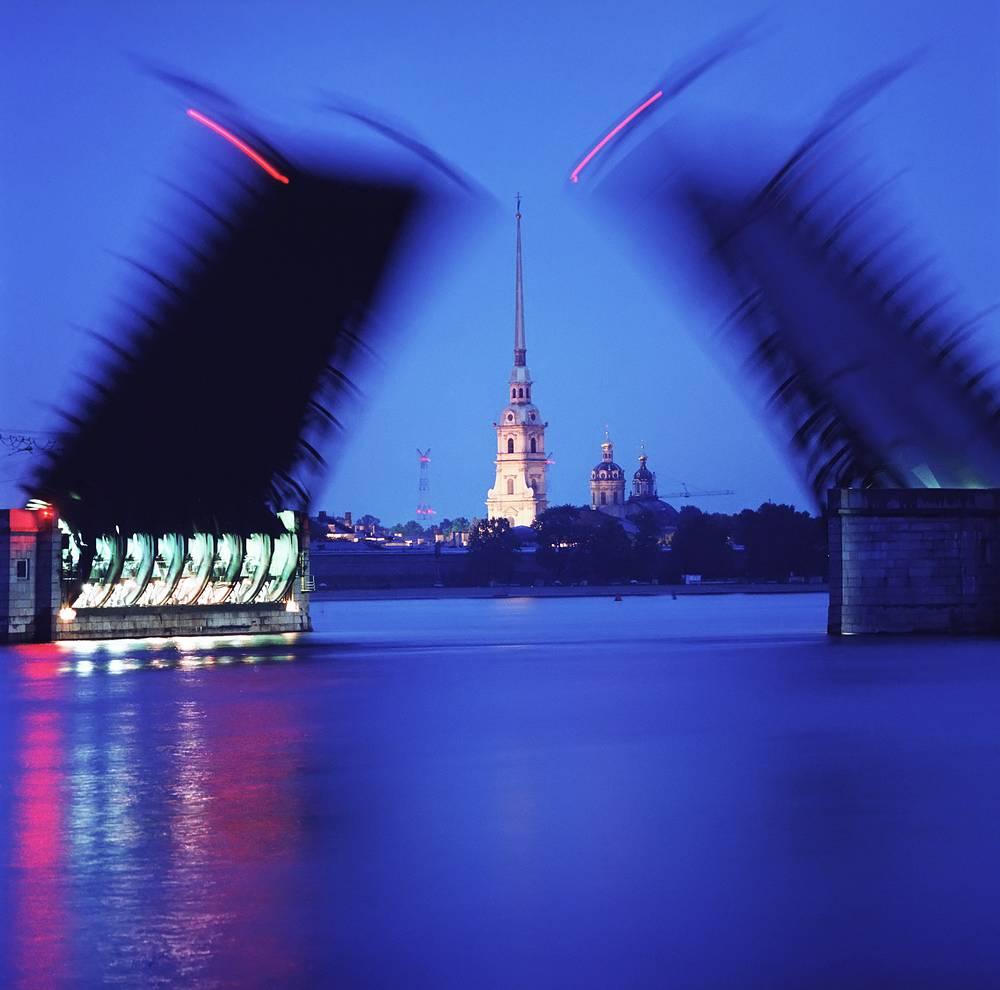 Разведенный Дворцовый мост .1984 г.