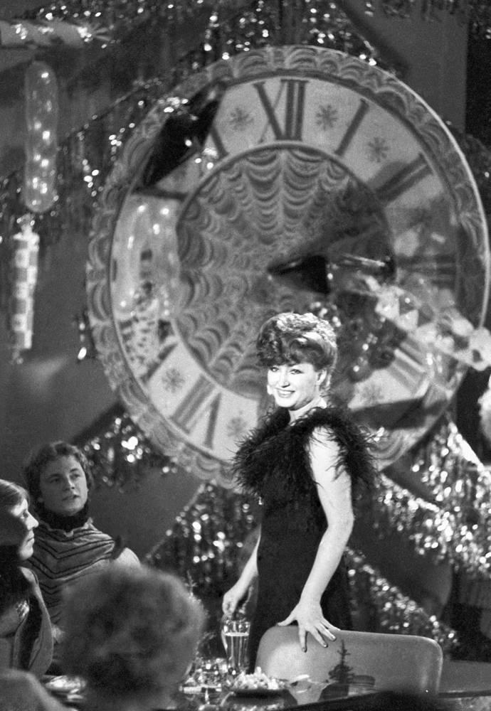 """Алла Пугачева во время выступления в новогоднем """"Голубом огоньке"""", 1978 год"""