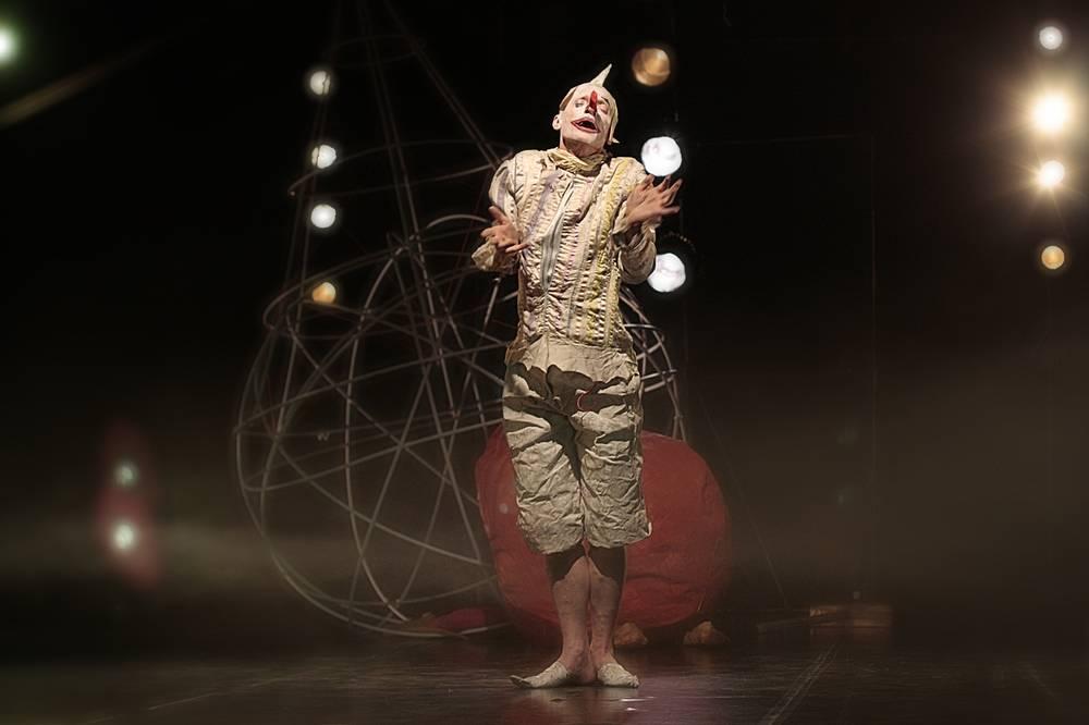 "Антон Адасинский в сцене из спектакля ""Die 5. Sonne "" театра DEREVO."