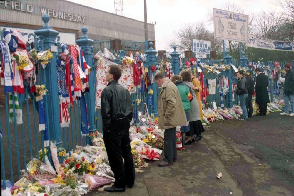 """На фото: болельщики возле стадиона """"Хиллсборо"""", 17 апреля 1989 года"""