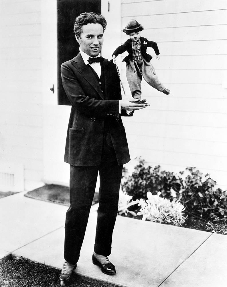 Бродяжка Чарли стал одним из самых тиражируемых образов в массовой культуре XX века. На фото: Чарли Чаплин держит куклу-марионетку Бродяга, 1917 год