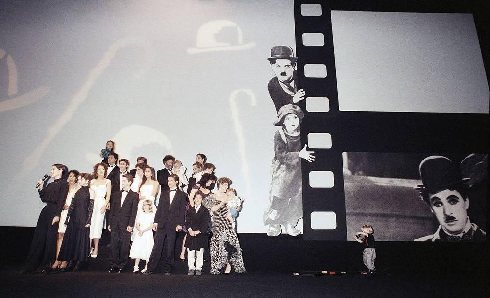 В 1999 году Американский институт киноискусства поставил Чарли Чаплина на 10-е место в списке 100 величайших звезд кино столетия среди мужчин. На фото: потомки Чарли Чаплина на церемонии открытия 42-го Международного кинофестиваля в Канне, 1989 год