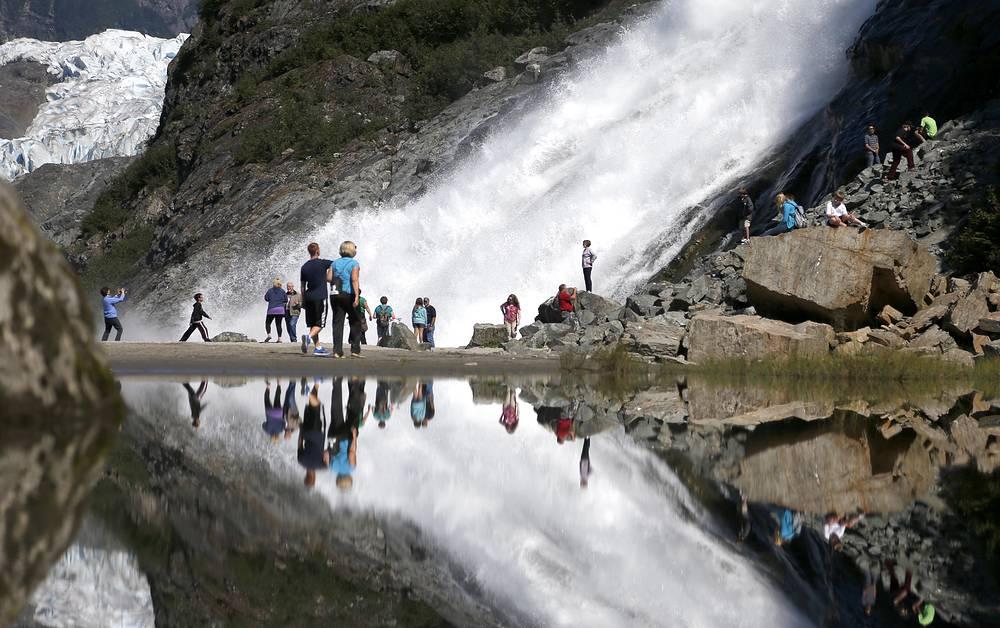 Туристы возле ледника Менденхолл в Тонгасском национальном заповеднике в Джуно (столица штата Аляска)