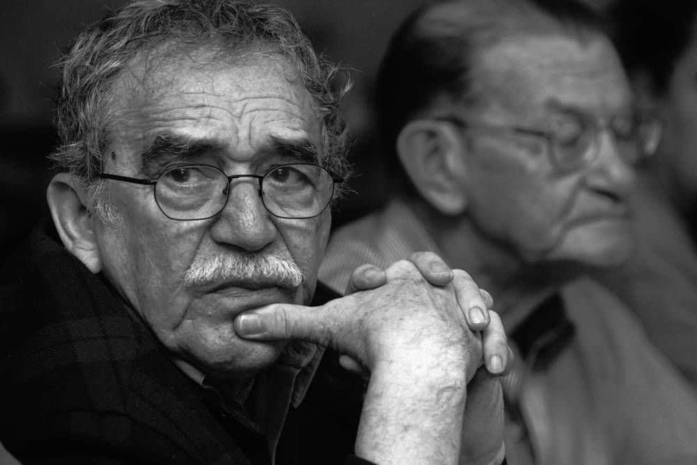 В своих романах Маркес органично соединил колумбийские мифы, психологизм и бытовые детали повседневной жизни. На фото: Маркес с колумбийским журналистом Хосе Салгаром (на заднем плане) в Монтеррее, Мексика, 2003 год