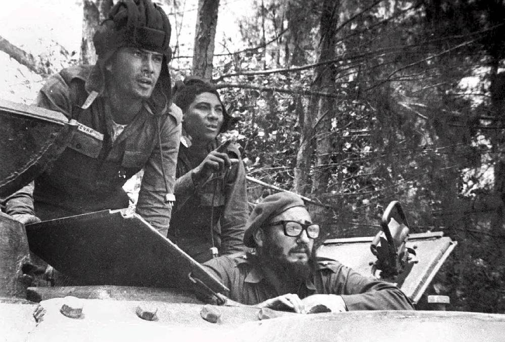 Кубинский лидер Фидель Кастро (нижний правый угол) во время военной операции возле Плайя-Хирон, 17 апреля 1961 года