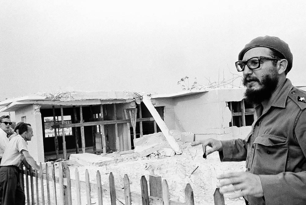 Фидель Кастро осматривает коттеджи, разрушенные во время сражения на Плайя-Хирон, июнь 1961 года