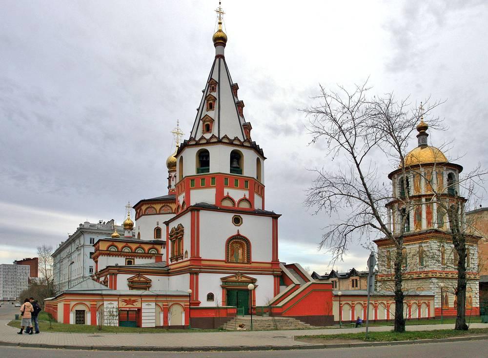В 1998 году в списке находится исторический центр Иркутска, включающий многочисленные деревянные дома XIX века, церкви, Иркутский кремль и другие объекты