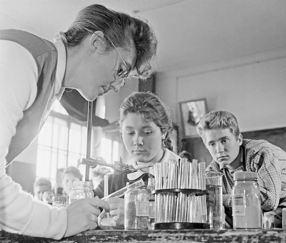 Урок химии в средней школе. CCCР. 1963 год