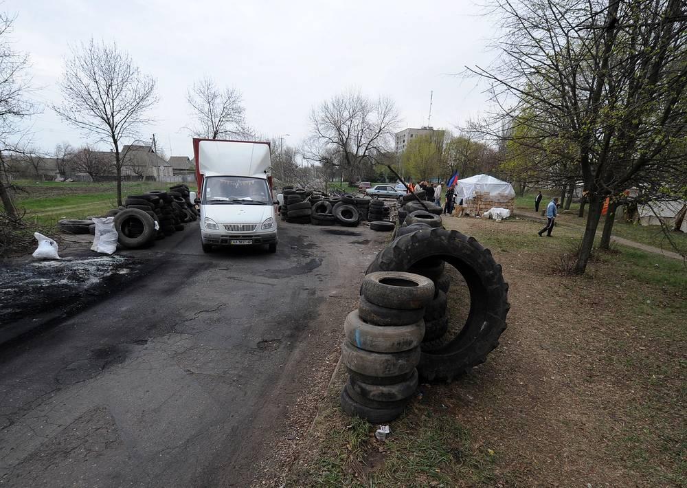 19 апреля на границе Харьковской, Донецкой и Луганской областей были установлены блокпосты. На фото: блокпост на въезде в Краматорск (Донецкая область)