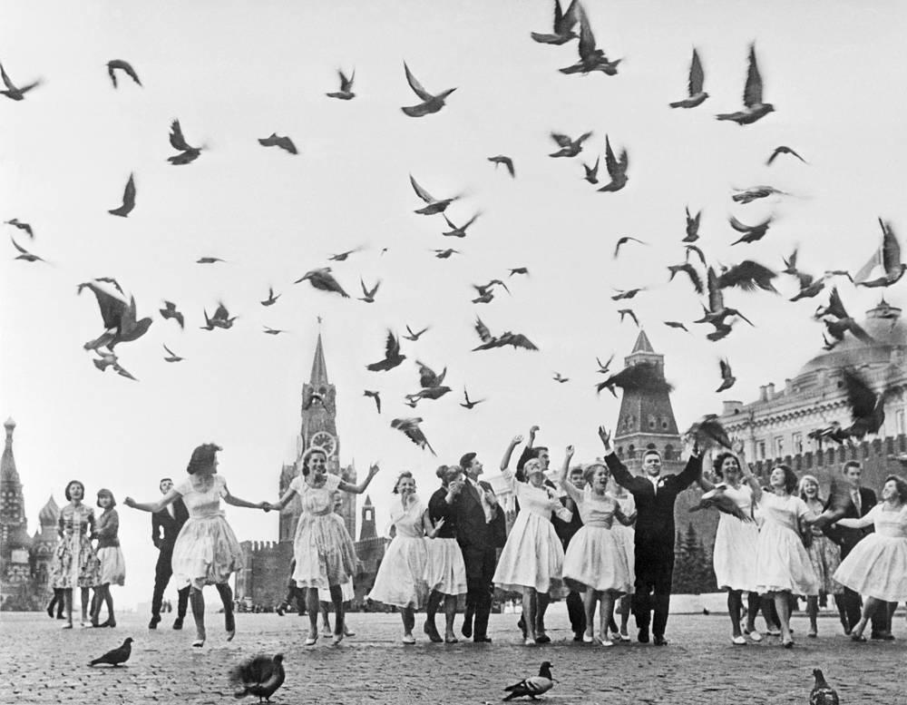 Выпускники столичных школ на Красной площади. СССР. 1961 год