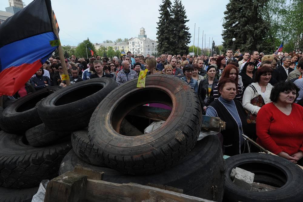 Сторонники федерализации во время митинга у заблокированных зданий государственных служб