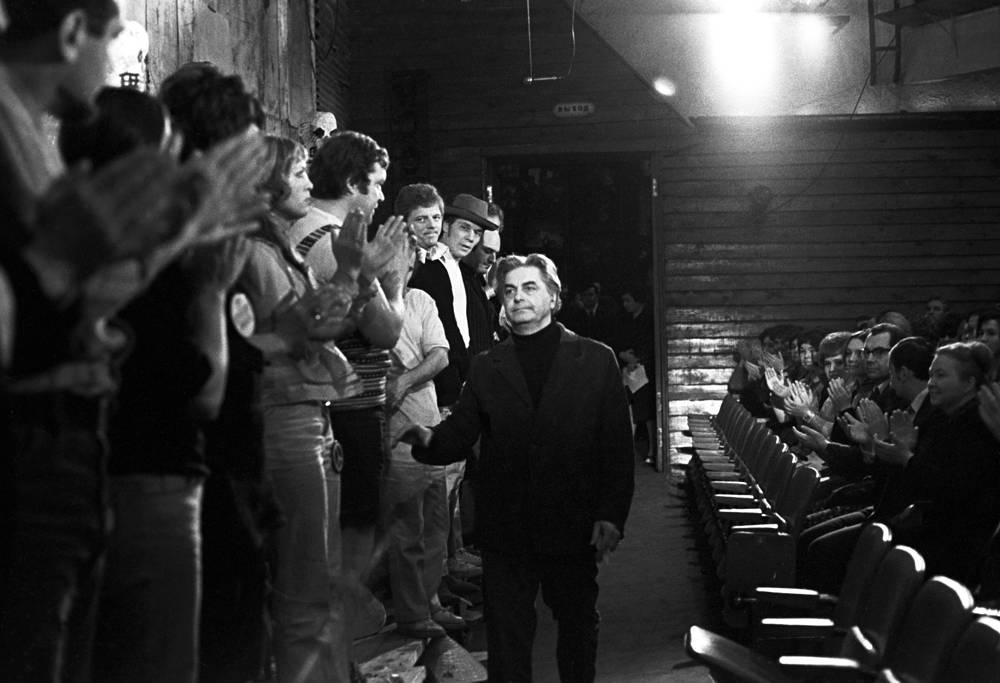 Юрий Любимов с артистами Театра на Таганке после спектакля. 1972 год